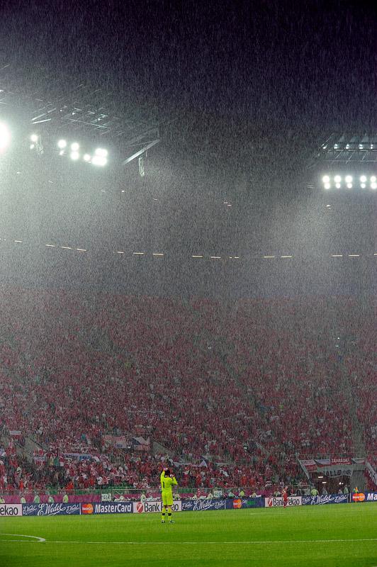 Burza i ulewa nad stadionem w trakcie meczu